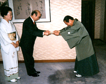大阪府知事より賞状を授与される店主